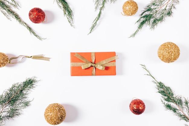 Красная коробка с подарком и золотой лентой