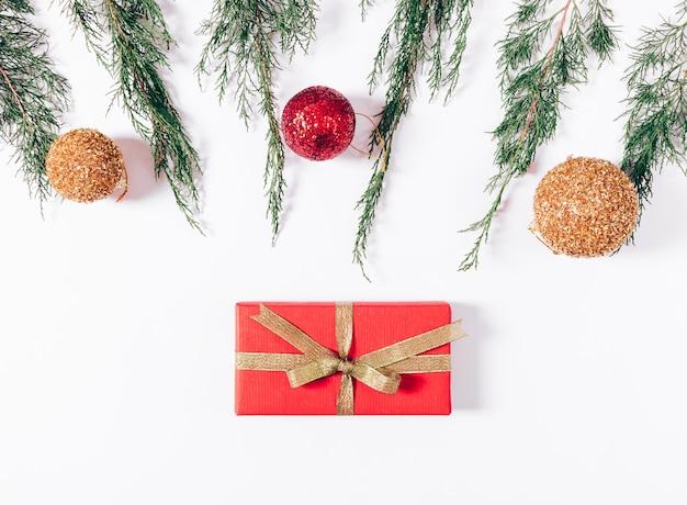 ギフトとクリスマスの装飾の赤い箱