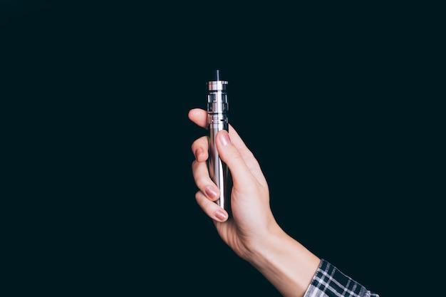 Электронная сигарета в руке женщины