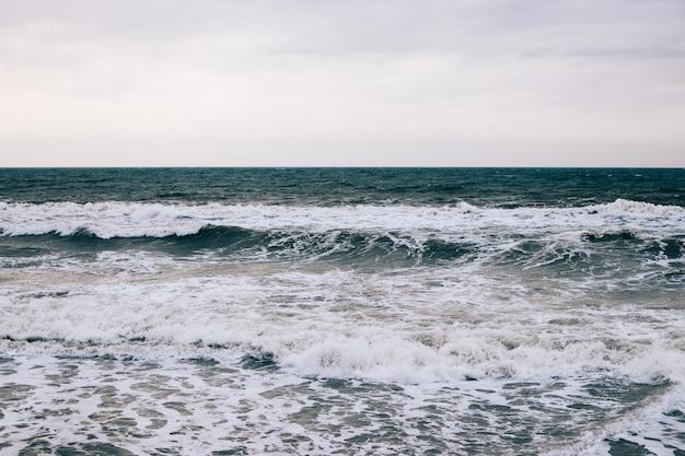 夜明けの冬の海と波