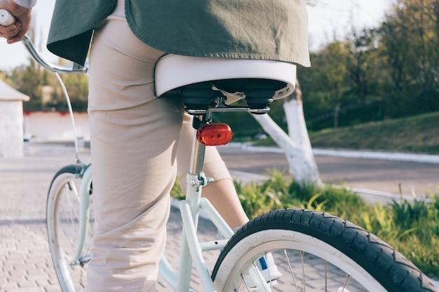 白いタイヤとビンテージの青い自転車の詳細のクローズアップ