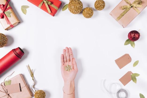 Вид сверху рождественские украшения на белом столе