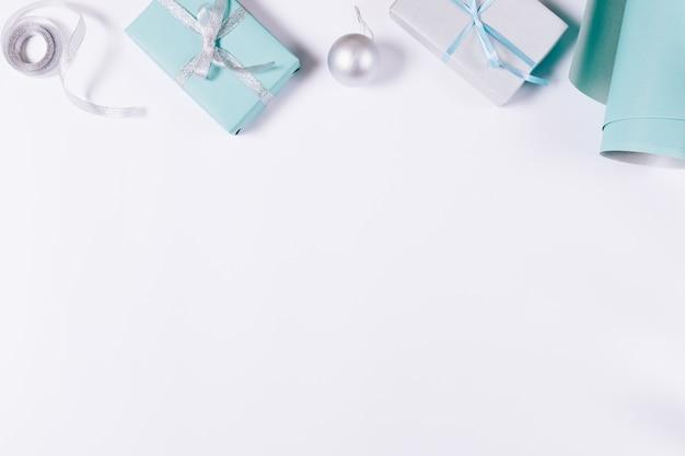 青と銀色のクリスマスデコレーション