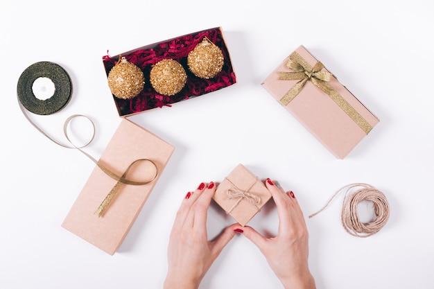 女性の手作りのクリスマスデコレーション