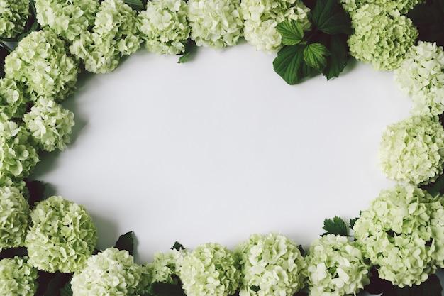 中央のテキスト用のスペースと緑の花のフレーム