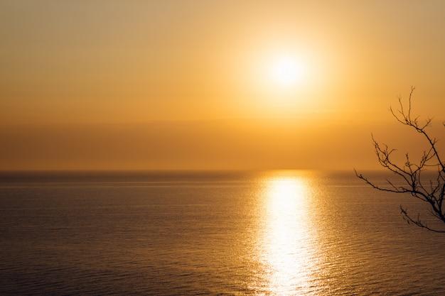 海の上のオレンジ色の日の出