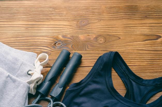 木製の背景に女性のスポーツウェア