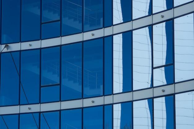 青い窓とファサードガラスタワー