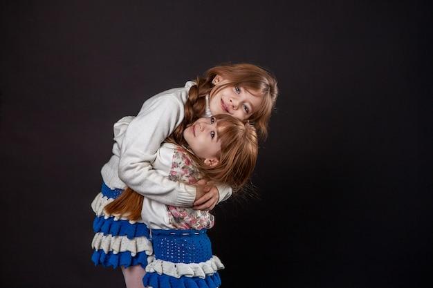 二人の女の子の姉妹の抱擁