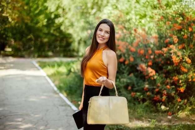 Счастливая девушка дела обнимая таблетку, работа вне дома, счастливые новости, утеха.