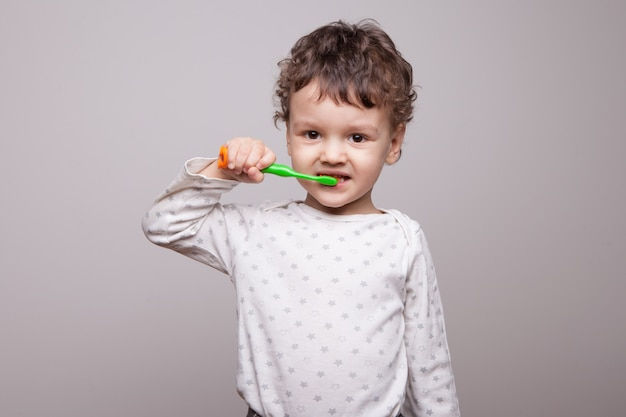 Маленький мальчик трех лет чистит зубы