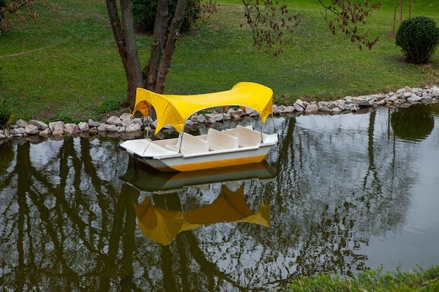 暗い水と小さな川に浮かぶカタマラン、ボートは人なしで空っぽです。