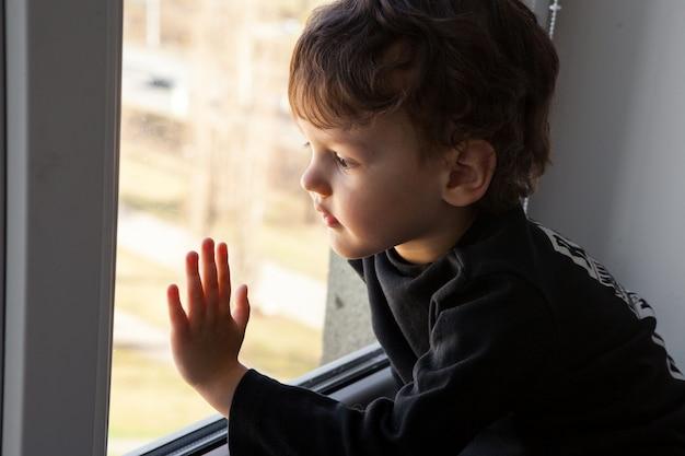 Скучающий одинокий ребенок во время карантина эпидемии