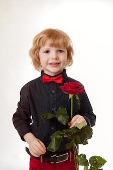 少年、赤いバラを手にした紳士、母の日、母親への贈り物、愛する人への驚き。