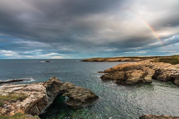 ガリシアとアストゥリアスの海岸と海岸の夕日