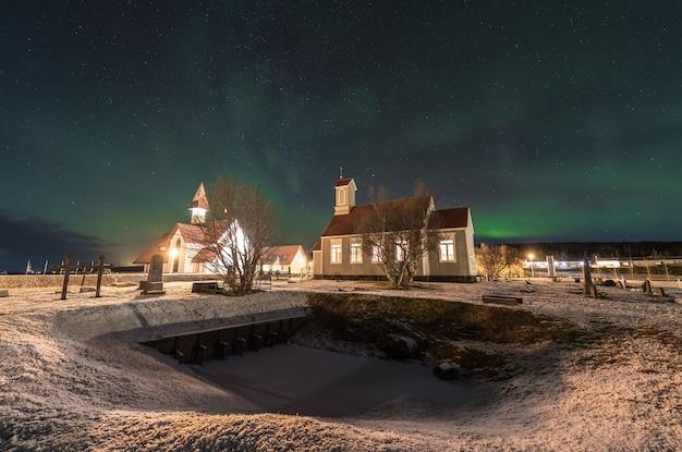 冷たいアイスランドの夜に北ライト