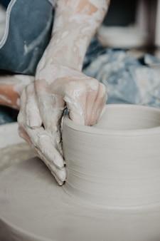 白い粘土の瓶または花瓶を作成する