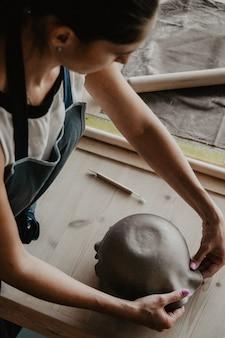 若い女性モデリング粘土