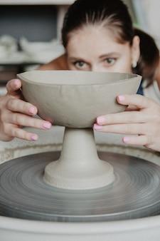 粘土をモデリングする若い女性