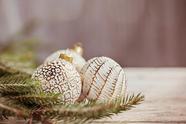 ゴールデンクリスマスボール、スノーフレーク、装飾クリスマスの背景。