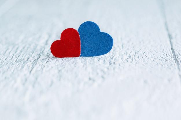 赤と白の木製の背景に幸せなバレンタインデーのメッセージ
