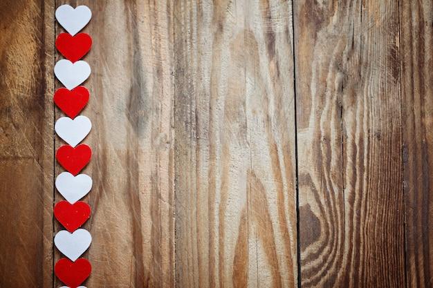 Красные и белые бумажные сердечки на бельевой веревке