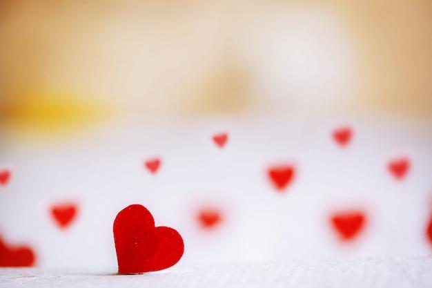 Красное сердце на деревянном фоне. день святого валентина.