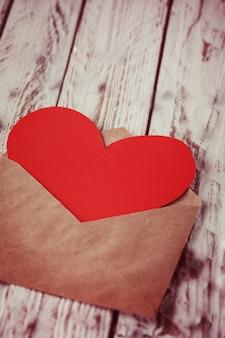 Конверт с красной бумажной сердечной валентинкой, год изготовления вина настроен