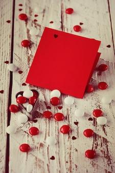 День святого валентина карты с маленьких сердечек и красные белые конфеты. тонизирующее изображение.
