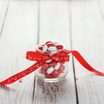 Красочный кувшин украшен красным бантом сердца. день святого валентина