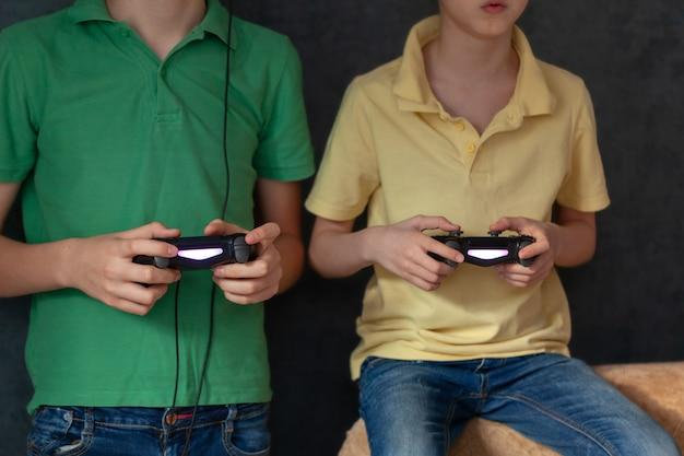 Мальчики играют в видеоигры вместе