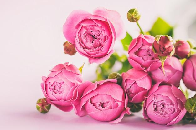 テーブル、コピーのテキストのための領域に美しいピンク色の花バラの花束の新鮮な束。