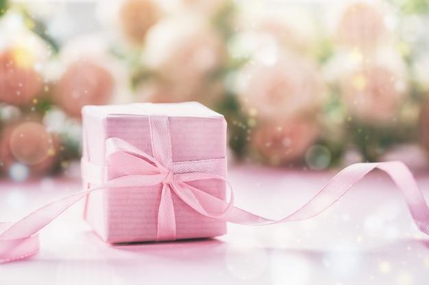 ピンクのギフトまたはプレゼントボックスピンクの背景。