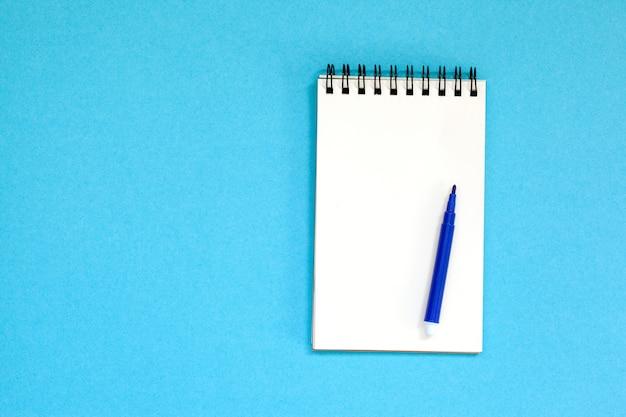 空のスパイラルノートと青のペン