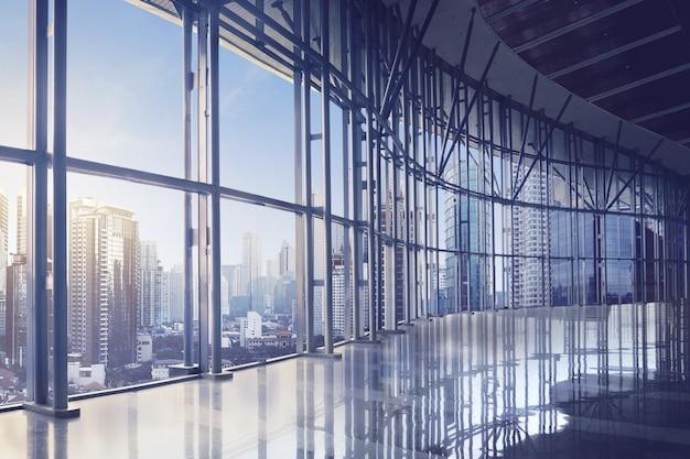 モダンな建物の空の事務室