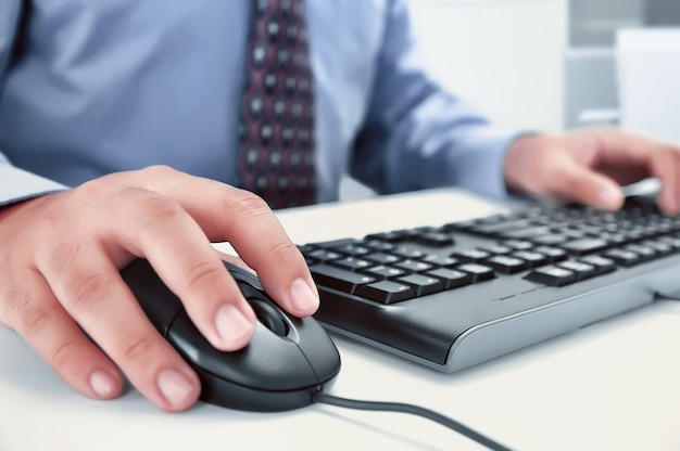 実業家、キーボードで入力する手でコンピューターを使用して