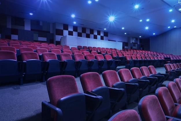 Ярко-синий свет с черными креслами