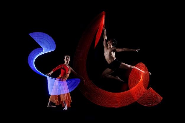 カラフルなライト効果を持つ魅力的なカップルのバレエダンサー