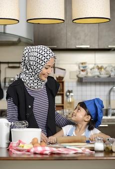 娘を教えるイスラム教徒の女性