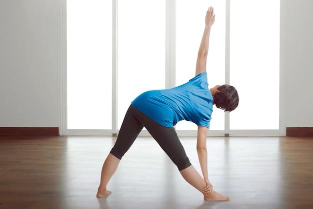 背面図アジアの女性のヨガの練習