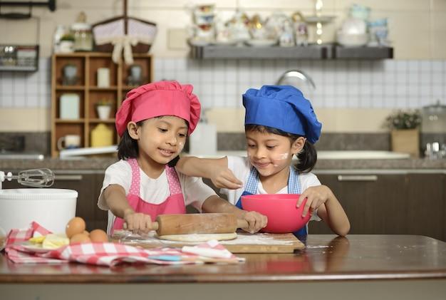 二人の少女がピザを作る