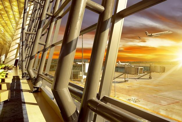 空港で空のロビー