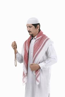祈っている若いイスラム教徒の男性