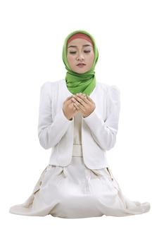 祈っている若いイスラム教徒の女性