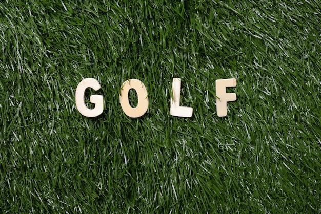 草の上のゴルフの木製看板