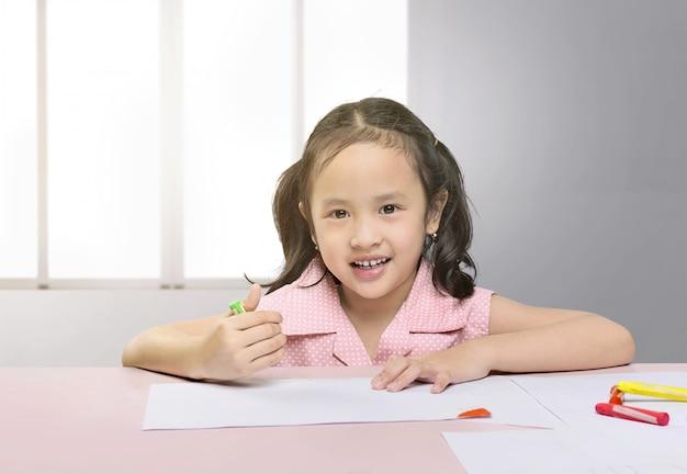 クレヨンでお絵かき幸せなアジアの女の子