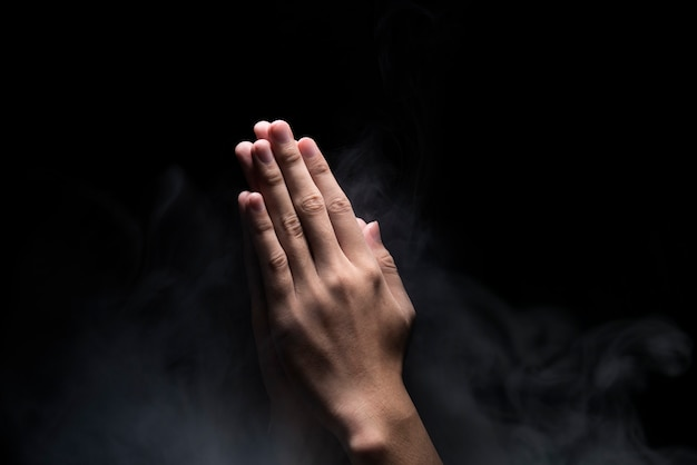 祈りのジェスチャーで手