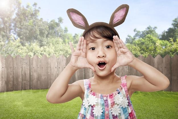 バニーの耳を持つ幸せなアジアの小さな子供