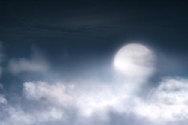 Полнолуние с облачным пейзажем на небе