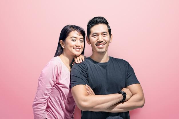 男の肩にもたれかかって女性と幸せなアジアカップル